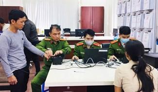 Công an Quảng Nam triển khai cấp căn cước công dân cho người dân tại Trung tâm Hành chính công tỉnh. Ảnh: XUÂN MAI