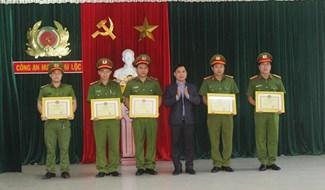 Lãnh đạo huyện Đại Lộc khen thưởng đột xuất đối với các cá nhân Công an huyện Đại Lộc. Ảnh: DUY NHAN